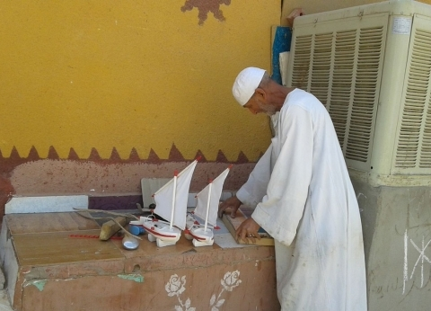 «الشيخ المصرى».. فنان مجسمات البيئة الأسوانية يفرد شراعه داخل البيوت