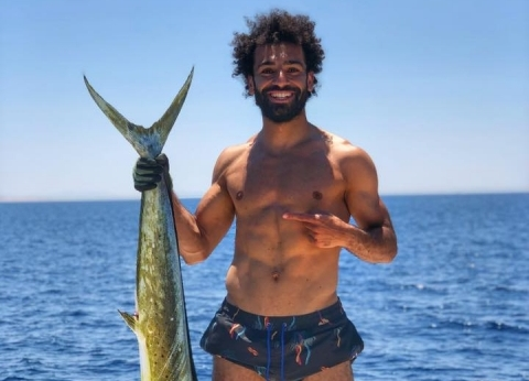 """صلاح يصطاد في البحر الأحمر رغم الحظر.. و""""الثروة السمكية"""": أكيد ما يعرفش"""