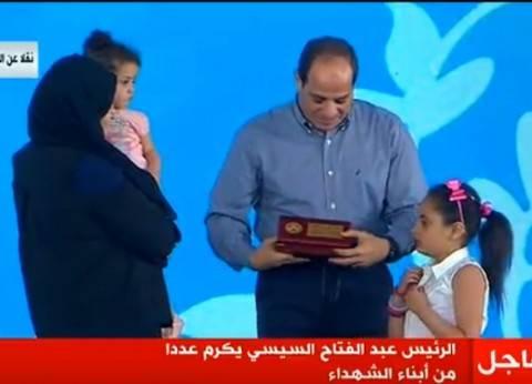 بالصور  السيسي يكرم أبناء شهداء الجيش والشرطة في احتفالات عيد الفطر
