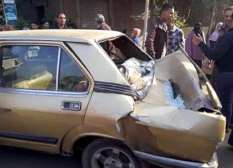 سيارة تصطدم بالرصيف وتعطل حركة المرور على طريق الأوتوستراد