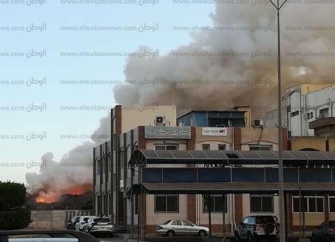 الحماية المدنية فى دمياط تواصل إخماد حريق ساحة تخزين خردة بالميناء