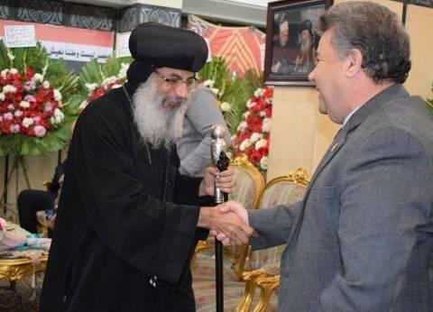 رئيس جامعة بنها يزور الكاتدرائية والكنيسة الإنجيلية للتهنئة بالعيد