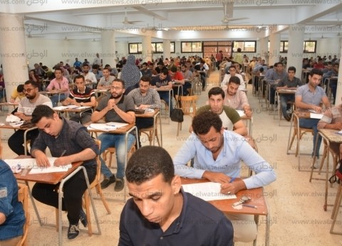 بالصور| نائب رئيس جامعة أسيوط يشيد بانتظام امتحانات نهاية العام