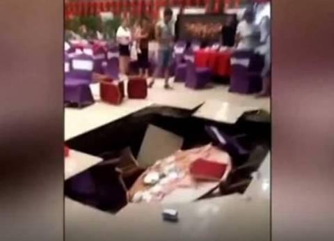 بالفيديو| انهيار أرضي مفاجئ في قاعة بحفل زفاف