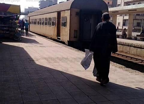 """سقوط """"نخلة"""" على شريط السكك الحديدية.. وتأخر قطار 25 دقيقة في سوهاج"""
