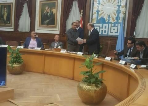 محافظ القاهرة يكرم رئيس حي الساحل على مجهوداته في البيئة والنظافة