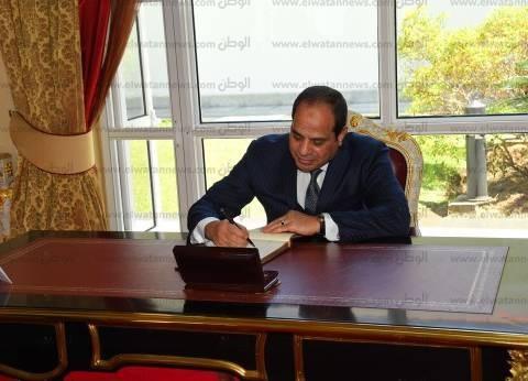 وزير النقل يهدي السيسي مصحفا أثناء افتتاح أعمال التطوير في ميناء سفاجا