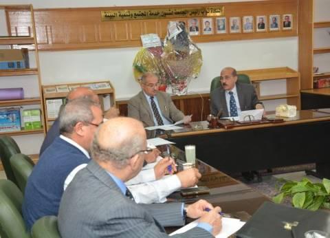 نائب رئيس جامعة أسيوط يجتمع بالفريق الإداري لتأهيل الكليات للإعتماد