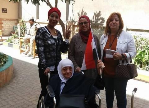 مسنة تتحدى مرضها وتدلي بصوتها في الانتخابات شرق الإسكندرية