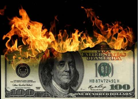حروب ترامب التجارية تشعل الأسواق.. هل يفلت الدولار من العقاب؟