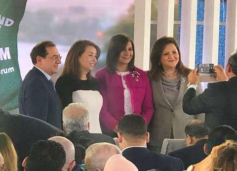 3 وزيرات يلتقطن صورة في منتدى الشباب العربي الإفريقي