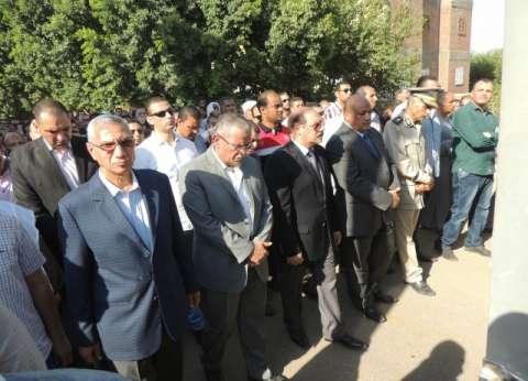 محافظ المنيا ومدير الأمن يتقدمان جنازة شهيد الواجب بملوي