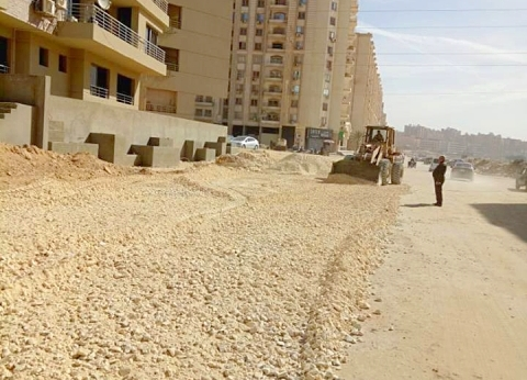 """نائب محافظ القاهرة يعتذر لسكان """"السعادة"""" بالبساتين عن تأخر أعمال الرصف"""
