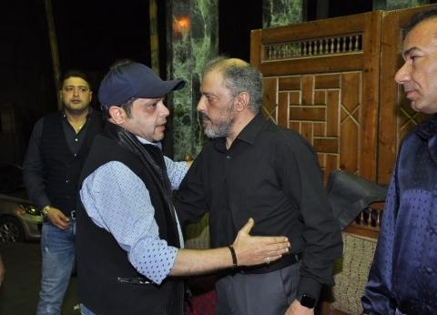 عمرو عبد الجليل يتلقى عزاء محمد نجم بجوار ابنه وهنيدي أول الحضور