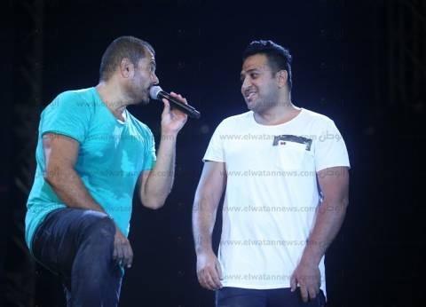 عمرو دياب يرحب بشعراء وملحنين ألبومه الجديد في حفله بالساحل