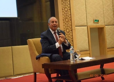 محافظ البحر الأحمر يبحث مع مديري فنادق مرسى علمسبل تنمية القطاع