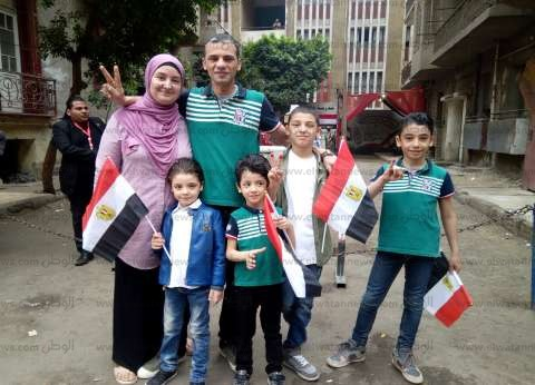 أب يزرع في أطفاله حب الوطن: البداية من أمام اللجان الانتخابية