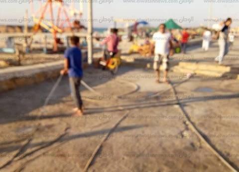 """أهالي العريش يفرون من حرارة الجو لـ""""البحر"""".. ومدير الأمن: تحركوا بحرية"""