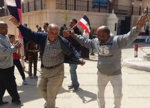 بالصور| مواطنون يرقصون أمام لجان الاستفتاء بالإسكندرية
