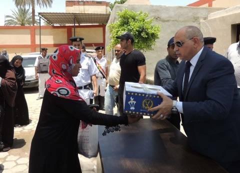مدير أمن السويس يوزع كراتين رمضان على المحتاجين بحي الجناين