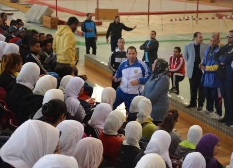 بالصور| رئيس جامعة بورسعيد يتفقد كلية التربية الرياضية ويشارك في طابور الصباح
