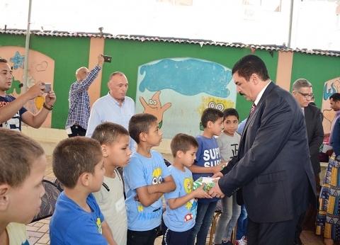 محافظ القليوبية يشارك الأطفال الأيتام فرحة العيد ويقدم لهم الهدايا