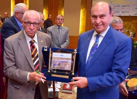 مميش يقدم درع القناة لرئيس جمعية خريجي كلية الهندسة بالإسكندرية