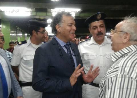 بالصور  وزير النقل في جولة تفقدية مفاجئة بمترو الأنفاق