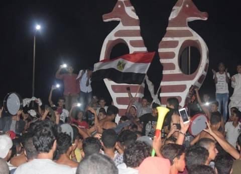 بالصور| أفراح جنوب سيناء بعد فوز المنتخب.. ووالد صالح جمعة يسجد شكرا