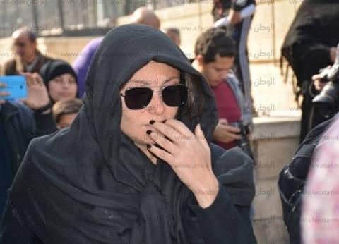بالصور| وصول بوسي شلبي وبشرى وبيومي فؤاد إلى جنازة الفنانة كريمة مختار