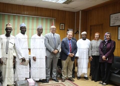 وفد تعليمي من نيجيريا يتفقد كليات ومراكز المنصورة الطبية لبحث التعاون