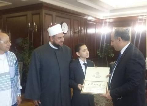 محافظ الإسكندرية يكرم طفلا لترتيله القرآن بصوت عذب