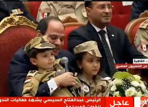 """بالفيديو  ابن شهيد يرتدي """"أفرول"""".. والسيسي: البس طقيتك يا بطل"""