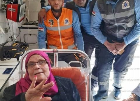 سيارة إسعاف تقل مريضة مسنة للجنة انتخابية للإدلاء بصوتها في الإسكندرية
