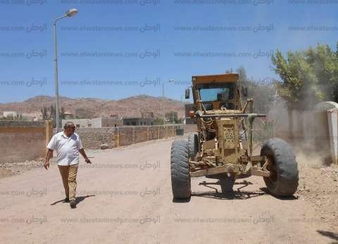 بالصور  تمهيد الطرق بمدينة دهب استعدادا لرصفها