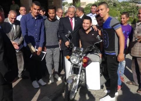 """رئيس جامعة المنيا يسلم """"موتوسيكل"""" لطالب من ذوي الاحتياجات الخاصة"""