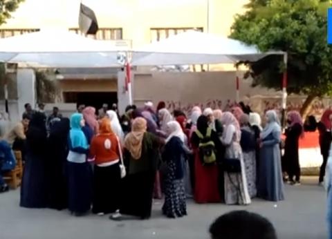 فيديو| حشود من النساء أمام لجنة بمدينة نصر للمشاركة في الاستفتاء