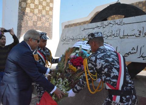 محافظ المنيا يضع إكليلا من الزهور على نصب الشهداء بكورنيش النيل