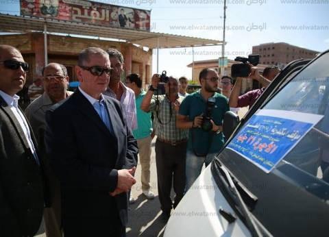 بالصور| محافظ كفر الشيخ يوقف 3 سيارات مخالفة للتعريفة بموقف بلطيم