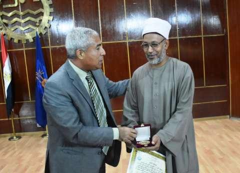 محافظة أسوان تكرم إمام وخطيب مسجد منصور حمادة