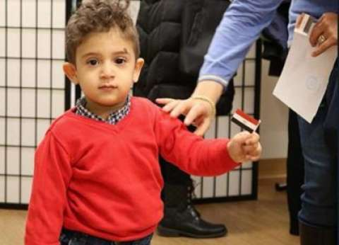 بالصور| يغنون ويرفعون العلم.. مشاهد لحضور أطفال مصر في انتخابات الخارج