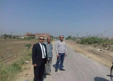 رئيس مركز أبوقرقاص يتابع أعمال الرصف ويطالب بالإسراع في التنفيذ