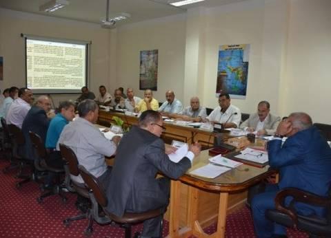 محافظ الوادي الجديد يجتمع بأعضاء مجلس إدارة صندوق استصلاح الأراضي