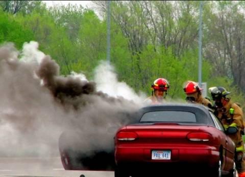 بالفيديو| إنقاذ حياة سيدة تقود سيارة مشتعلة بالنيران دون علمها