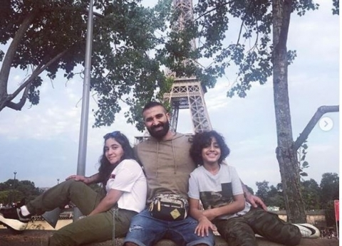 شاهد.. أحمد سعد يقضي إجازة الصيف مع أبنائه في باريس