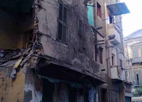 انهيار جزئي لعقار وسط الإسكندرية دون إصابات وفصل الكهرباء عن المنطقة
