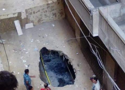 بالصور.. إصلاح هبوط أرضي بحي العجمي في الإسكندرية