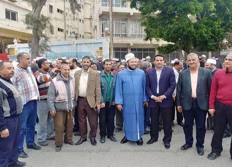 """بـ""""الزي الأزهري"""".. عشرات الأئمة يشاركون في الاستفتاء بالإسكندرية"""