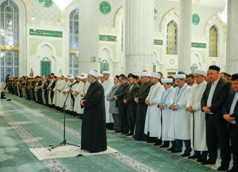 شيخ الأزهر يؤم المصلين في صلاة العشاء بأكبر مساجد كازاخستان