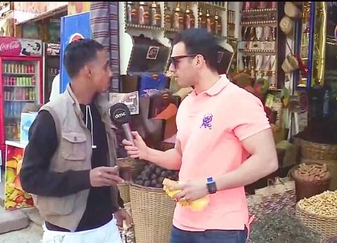 بالفيديو| رامي رضوان يجري جولة في شارع أسوان السياحي